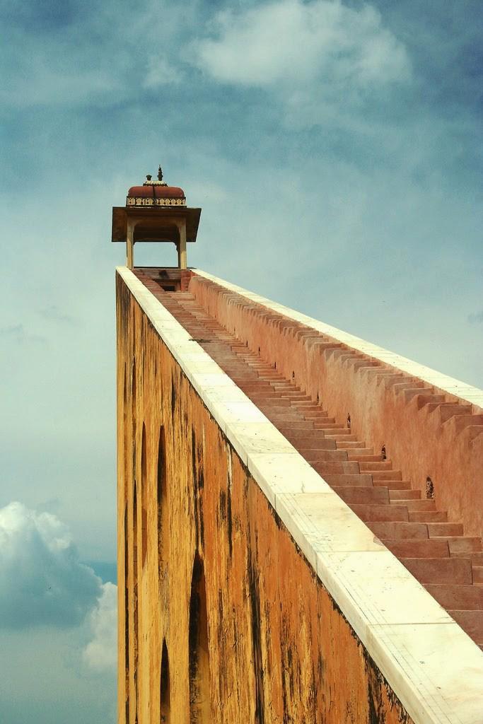 07-guy-incognito-escaleras-samrat-yantra-viajes-lugares-cuento-sleepydays-683x1024