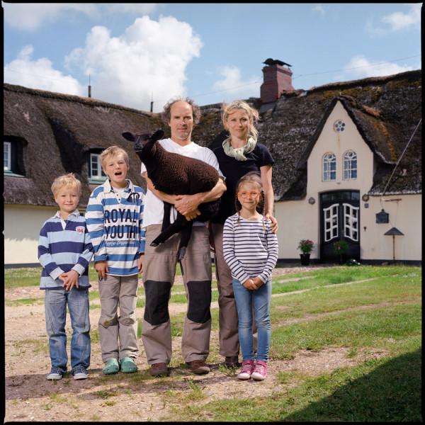 Dita Pepe con una familia de campo