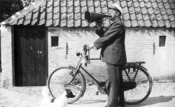 """Dorpsomroeper Klees, van West-Terschelling, -29 juli 1938. Op de foto maakt hij  bekend dat het bergingsschip de  """"Karimata"""" de eerste goudstaaf heeft gebaggerd van de vergane Lutine."""